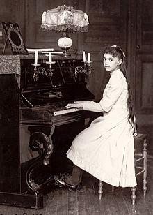 220px-Elisabeth_de_la_Trinité_jouant_du_piano